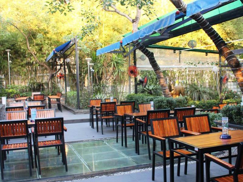 hàng rào gỗ trang trí quán cafe